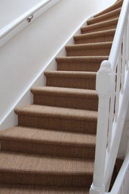 rechte dichte trap bekleden